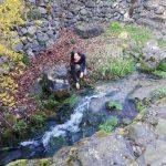Belinda Steinle an einem kleinen Bach, Wasser
