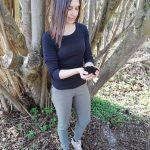 Belinda Steinle vor Baum mit Erde in den Händen