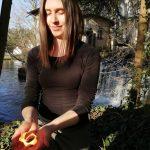 Belinda Steinle vor Wasserfall mit Feuer